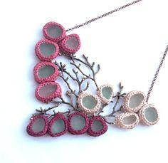 Ramitas de regalo de San Valentín de collar collar babero mar cristal para su regalo de seaglass cobre joyería ooak novia collar coral rosa ganchillo rojo vino