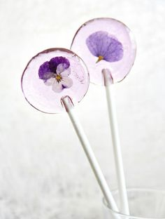 Satisfy your sweet tooth with a pretty homemade lolly. Recipe here. Flower Food, Diy Flower, Flower Petals, Flower Crafts, Edible Flowers, Real Flowers, Beautiful Flowers, Food Gifts, Goodies