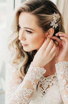 30 Chic Bridal Hairstyles for Your Special Day - The Trend Spotter #EasyElegantHairstyles Bridal Hair Side Swept, Wedding Hair Side, Wedding Hair Clips, Side Curled Hair, Wedding Bride, Bridal Hair Flowers, Wedding Hair And Makeup, Wedding Hair Accessories, Side Swept Hairstyles
