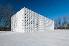 The crematorium building of the crematorium Heimolen, Sint Niklaas, Belgium by Dutch architects Clasu en Kaan. Photo by Aimed.be.
