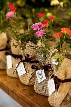 Mini rosas embaladas em saquinhos de juta arrematados com fita de cetim. Lembrancinha fácil de fazer e super charmosa!