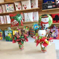 Vasos decorados 🎄✨❤️ Balloon Gift, Balloon Bouquet, Christmas Deco, Samba, Gift Baskets, Balloons, Bubbles, Gift Wrapping, Holiday Decor