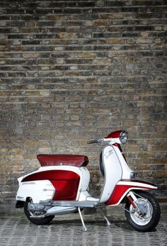 I would cheat on my beloved Vespa for this Lambretta SX 200 Moto Vespa, Scooters Vespa, Scooter Bike, Lambretta Scooter, Motor Scooters, Retro Roller, Italian Scooter, Retro Scooter, Moto Cafe