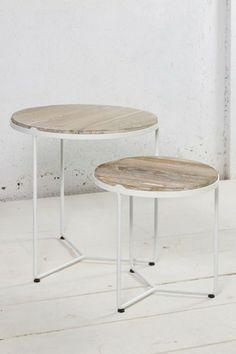 Tabourets en bois clair et pieds blancs métalliques, on adore !