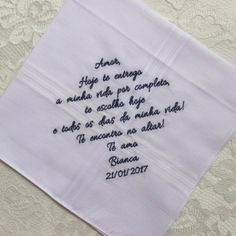 Lenço Presidente Masculino Detalhes do lenço: Cor do lenço: Branco Tamanho do lenço aberto: 41x41cm Os lenços podem ser personalizados com cor de linha, fonte (tipo de letra) e texto de sua preferência Atenção a gramática e acentuação, não nos responsabilizamos por textos com erro...