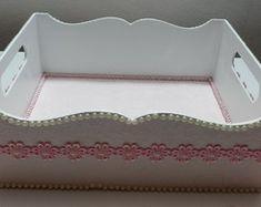 Bandeja rosa Tray, Home Decor, Jars, Vases, Pink, Wooden Trays, Crystals, Decoration Home, Room Decor