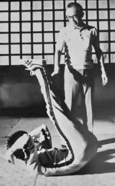 Bruce Lee working out between takes on the set of Game of Death. The other gentleman is legendary kung fu film producer, Raymond Chow. Bruce Lee Workout, Bruce Lee Training, Bruce Lee Games, Bruce Lee Art, Jim Kelly, Grace Kelly, Karate, Bruce Lee Collection, Bruce Lee Pictures