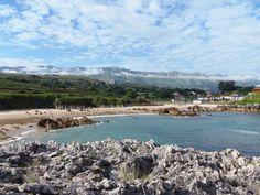 Playa de Toró (Llanes)  La playa de Toró se caracteriza por una serie de pináculos rocosos que salpican parte de la arena e interior de la concha y que son restos de formaciones cársticas.