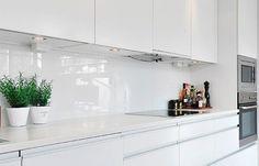 sleek and modern white kitchen Grey Kitchen Designs, Kitchen Room Design, Modern Kitchen Design, Interior Design Kitchen, Kitchen Decor, Modern Kitchen Renovation, Modern Kitchen Interiors, Kitchen Remodel, High Gloss White Kitchen