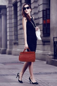 Leather messenger bag for women crafted with cowhide. Available in 5 beautiful colors. We offer free worldwide shipping for all order. Travel Messenger Bag, Small Messenger Bag, Hobo Crossbody Bag, Hobo Bags, Tote Bag, Clutch Bag Pattern, Balenciaga Womens, Cow Leather, Cowhide Leather