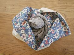 tutorial: lined bento bag (tiny happy) Sewing Projects For Beginners, Knitting Projects, Sewing Tutorials, Bag Patterns To Sew, Sewing Patterns Free, Bento Bag, Making Fabric Flowers, Crocheted Flowers, Flower Making