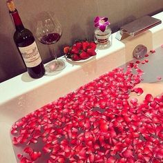 10 Wonderful 🤗 Things to Add to Your Bath 🛁 for Girls Wanting Better 👍🏼 Skin . Luxury Tumblr, Entspannendes Bad, Romantic Room, Romantic Evening, Romantic Ideas, Romantic Homes, Romantic Dinners, Love Is In The Air, Relaxing Bath