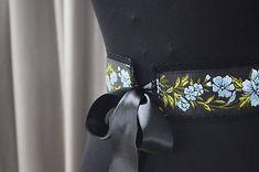 Ručne šitý dámsky kvetovaný opasok s čiernou krajkou a našívanými gombíkmi.  Opasok je podšitý čiernou saténovou stuhou, ktorá slúži aj ako zapínanie.  K opasku je možné doladiť dámsku mašľu a pánsky motýlik z mojej ponuky.  Pri objednávke do poznamky uveďte obvod pásu Veľkosť: Dĺžka: na mieru Širka: 7-8 cm Design, Design Comics