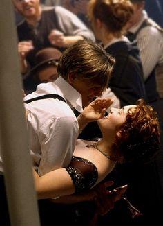 Leonardo DiCaprio and Kate Winslet as Jack and Rose in Titanic Titanic Kate Winslet, Film Titanic, Rms Titanic, Titanic Movie Scenes, Kate Titanic, Jack Dawson, Love Movie, Movie Tv, Damien Sargue