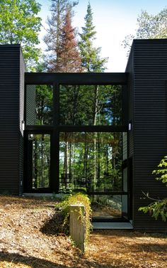 Geometry in Black by Yiacouvakis Hamelin Architectes. Modern home Architecture Art Et Architecture, Amazing Architecture, Black Building, Glass House, My Dream Home, Interior And Exterior, Exterior Siding, Bungalow, House Design