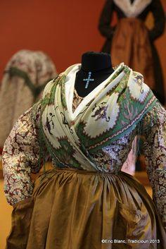 Mode Old School, Old School Fashion, Folk Costume, Les Miserables, Confessions, Provence, Corset, Monochrome, Images