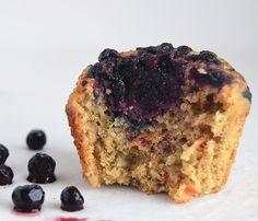 Sunde muffins uden raffineret sukker, som smager så fantastiske. De er svampet, nemme at lave og et hit hos alle de børn (og voksne) jeg har serveret dem for. Brug dem til sukkerfrie børnefødselsda…