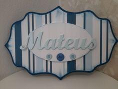 Placa para porta em MDF, forrada com papel ou tecido, de acordo com a decoração do quarto do seu bebe.