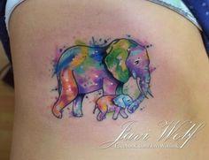 Uma mãe elefante é apresentado andando com seu bebê, tanto em animais são coloridos com uma vibrante coleção de aquarelas.