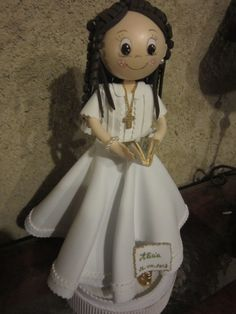 fofucha Comunión con su librito. Lleva cruz dorada. El vestido esta hecho de goma eva. elenamartinlopez.blospot.com