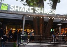 日本初上陸のシェイク シャック(SHAKE SHACK)外苑いちょう並木店が連日大賑わいです!オープン初日は長蛇の列ができ、3時間待ちだったとか・・・ そこまで大勢の人を惹きつける シェイク シャック、人気の理由に迫ります。 出典:http://www.shakeshack.jp ニューヨークで人気No.1の ハンバーガーショップ! 出典:http://www.shakeshack.jp シェイク シャックは、2000年にマディソン・スクエア公園の一角のホットドッグカートからスタートしたお店です。 2004年からは公園内に常設のお店をオープンしました。シェイク シャックは急速にファンを増やし、現在は世界9か国に70以上の店舗を構えるまでに成長しています。 人気の理由その1『いちょう並木とオシャレなお店♪』 2015年11月に、待望のシェイク シャック日本1号店が明治神宮外苑内にオープンしました。テラス席では、美しい自然を感じながらゆったりと時を過ごすことができます。 出典:http://www.shakeshack.jp シェイク…