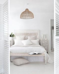 Living inspiration: a pure white bedroom - Eigen Huis en Tuin, A romantic bedroom does not have to be sleek and modern at all, as this romantic flea bedroom proves. Bedroom Night, Home Bedroom, Modern Bedroom, Bedroom Decor, Bedroom Ideas, Bali Bedroom, Ivory Bedroom, Preppy Bedroom, Bungalow Bedroom