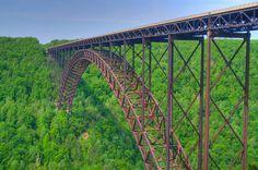 """New River Gorge Bridge (Fayetteville, West Virginia) """"Con una longitud de 3.030 pies (924 m), que fue durante muchos años el más largo del mundo de ese tipo. Actualmente es el tercer mayor puente de arco en el mundo.  Su arco se extiende 1,700 pies (518 m)."""""""