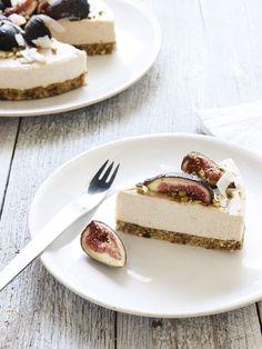 Coconut, Fig and Pistachio Raw Cheesecake Recipe Desserts with macadamia nuts… Pistachio Cheesecake, Raw Cheesecake, Gluten Free Cheesecake, Cheesecake Recipes, Pistachio Cake, Raw Food Recipes, Sweet Recipes, Dessert Recipes, Raw Desserts