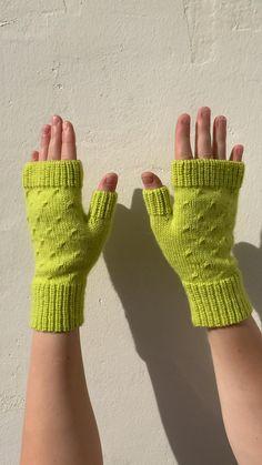 Baby Mittens Knitting Pattern, Crochet Fingerless Gloves Free Pattern, Fingerless Gloves Knitted, Crochet Gloves, Arm Knitting, Knit Mittens, Crochet Hat For Beginners, Smartphone, Hand Gloves