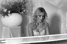 """Maycke is naast pianist ook een buitengewoon goede zangeres. In het najaar van 2007 zond SBS 6 het tweede seizoen van het televisieprogramma """"So You Wanna Be a Popstar"""" uit. Bent u op zoek naar prachtige achtergrondmuziek voor uw speciale gelegenheid dan moet u Maycke hebben. Maycke is met haar vleugel een genot"""