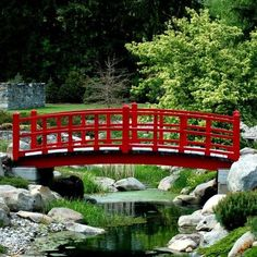 Having a Japanese garden bridge can give your garden to a different level of enjoyment. There are instructions to build a Japanese garden bridge. Japanese Garden Style, Asian Garden, Japanese Landscape, Chinese Garden, Japanese Gardens, Japanese Garden Plants, Small Gardens, Outdoor Gardens, Modern Gardens