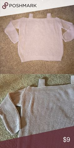 Cold-shoulder sweater Cold-shoulder sweater in a light rose/mauve shade. Purchased this in England but ended up being a bit too big for me. Would recommend this for a size 4. I'm normally a 2. Never worn. 100% acrylic. Dorothy Perkins Sweaters