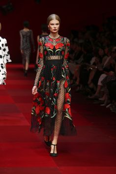 Abito nero dolce e gabbana sicily - Fashion dresses italy Fashion Week Live, Women's Summer Fashion, Runway Fashion, Fashion Outfits, Womens Fashion, 1940s Fashion, High Fashion, Fashion Top, Belle Silhouette