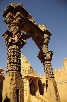 """Toran Gate at Lodurva, India - Lodurva Jain Temple - Lodurva est l'ancienne capitale de Jaisalmer et un lieu de pélérinage important pour la communauté Jain et possède de magnifiques temples Jain. """"Toran'' ou les arches ornées à l'entrée principale est taillé dans la pierre."""