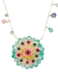 【RAZU CREATION K18 セルロイドフラワーネックレス A 】    【ジュエリーデザイナーのコメント】  繊細な細工、そして鮮やかにハンドペイントされたセルロイドはまるで和菓子のような印象です。ペイントされたカラーと同じ天然石を合わせることで、より華やかに魅せるデザインに仕上げました。