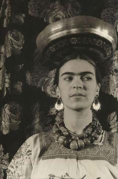 Frida Kahlo el 1933 en una foto d'en Carl Van Vechten. En ella s'aprecia tota la força i la bellesa d'una artista que va saber enfrontar-se a les seves pors!