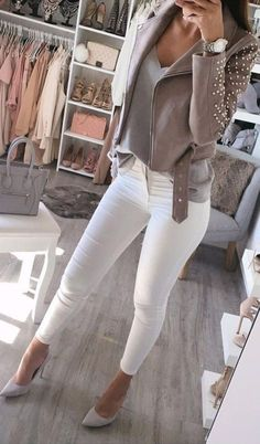 If you're wondering what to wear with white jeans on a night out, leather is one of our favorite looks! #whitejeans #whitejeansoutfit #whitejeansoutfitspring