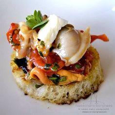 bruschetta di mare Seafood Recipes, Gourmet Recipes, Finger Food Appetizers, Slow Food, Creative Food, Food Presentation, Food Design, Food Plating, Street Food