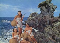 The Haenyo (Sea Women) female divers in the korean province of jeju. They are able to hold their breath, and dive to depths of 20 meters. Japanese History, Japanese Culture, Cities In Korea, Family Structure, Japanese Pearls, Sea Siren, Scuba Girl, Jeju Island, Korea Fashion