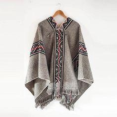 Maravilloso Poncho Mapuche, hecho a telar artesanalmente.  Lana de oveja. #poncho #mapuche #chile #labazart #barcelona #poblenou #handmade #art #design #textil #textiles  Puedes encontarlo en www.labazart.com/es Nomad Fashion, Boho Fashion, Mens Fashion, Fashion Outfits, Fashion Trends, Friend Outfits, Fashion Line, Festival Outfits, Mens Clothing Styles