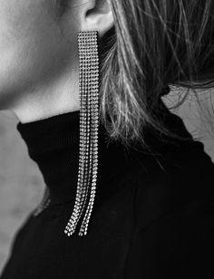 Col roulé + longs pendants d'oreille = le bon mix (photo George Angelis)