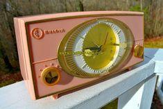 PINK CYCLOPIC Vintage Mid Century Retro Jetsons 1957 Bulova Model 140 Tube AM Clock Amazing vintage radio.