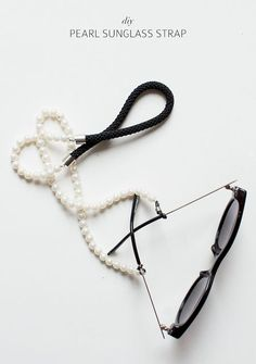 For my sunglasses (when I ride a bike): pearl sunglass strap Bijou Box, Ray Bans, Diy Necklace, Pearl Necklace, Diy Accessories, Diy Fashion, Jewelery, Jewelry Making, Pearls