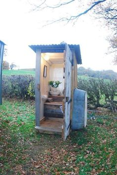 Outdoor Bathrooms 487796203383333550 - The Little White House On The Seaside: The Tiniest Room Source by agodaert Outside Toilet, Outdoor Toilet, Outdoor Baths, Outdoor Bathrooms, White Bathrooms, Tiny Bathrooms, Outhouse Bathroom, Little White House, Shepherds Hut