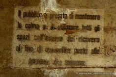 Un avviso sul muro del rifugio antiaereo di piazza Risorgimento #Torino museo della #Resistenza