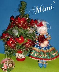 """Mimì Buon Natale con il suo pacco dono, cucita con ago e filo, tessuto """"Stoffa Americana"""", altezza cm 24. Mi trovi su Facebook """"LE BAMBOLE DI MOIRA SOLENA"""" https://www.facebook.com/LeBamboleDiMoiraSolena/"""