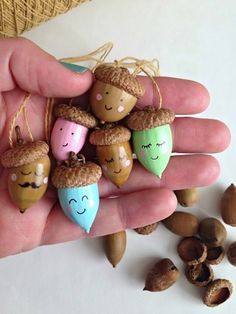 Basteln herbst ou how. Start by using a pushpin to poke a hole through the acorn cap and then grab s Autumn Crafts, Nature Crafts, Holiday Crafts, Acorn Crafts, Pine Cone Crafts, Crafts With Acorns, Diy For Kids, Crafts For Kids, Arts And Crafts