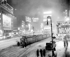 Winter in New York City, freak snowstorm in 1936 leaves passengers stuck in Times Square after a frozen switch brings streetcars to a screeching halt. (New York Daily News) Old Pictures, Old Photos, Vintage Photos, Train Pictures, Amazing Pictures, New York City, Times Square, City Gallery, New York Daily News