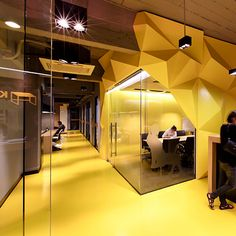 Like clean glass partitions and exposed ceiling and how the lighting works on that  espace de coworking