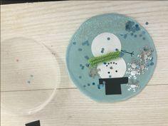 Creare delle Sfere di Natale con coperchi di plastica è davvero facile, si possono personalizzare a piacere o trasformarle in porta foto da appendere all'albero! Un modo economico e divertente di creare delle sfere di natale utilizzando materiali di riciclo! Vediamo cosa serve e come si realizzano!